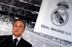 Presidente do Real Madrid, Florentino Pérez, fala durante entrevista coletiva no estádio Santiago Bernabéu, em Madrid, 20 de maio de 2013. As receitas do Real Madrid superaram 500 milhões de euros pela segunda temporada consecutiva em 2012/2013, subindo 1,3 por cento, para 520,9 milhões de euros (683,4 milhões de dólares), informou o clube de maior receita do mundo nesta sexta-feira. REUTERS/Sergio Perez