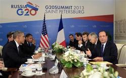 Presidente norte-americano Barack Obama (E) observa o líder francês François Hollande (D) durante reunião da cúpula do G20 em São Petersburgo, na Rússia. O G20 informou nesta sexta-feira que a economia mundial está melhorando, mas que ainda é muito cedo para declarar o fim da crise num momento em que os mercados emergentes enfrentam crescente volatilidade. 06/09/2013 REUTERS/Kevin Lamarque