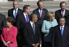 Presidente Dilma Rousseff (E) e Presidente norte-americano Barack Obama (D) são visto em meio a outros líderes internacionais durante a cúpula do G20 em São Petersburgo, na Rússia. Pode algum governo escapar ao olhar indiscreto da Agência Nacional de Segurança (NSA) dos Estados Unidos? O Brasil vai tentar. 06/09/2013 REUTERS/Sergei Karpukhin