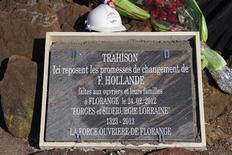La stèle aux promesses non tenues de François Hollande aux ouvriers de Florange (Moselle), qui avait été retirée fin août du site de ventes aux enchères eBay, a finalement été vendue pour 3.000 euros à un entrepreneur lorrain, a-t-on appris samedi auprès du syndicat FO. /Photo prise le 24 avril 2013/REUTERS/Vincent Kessler