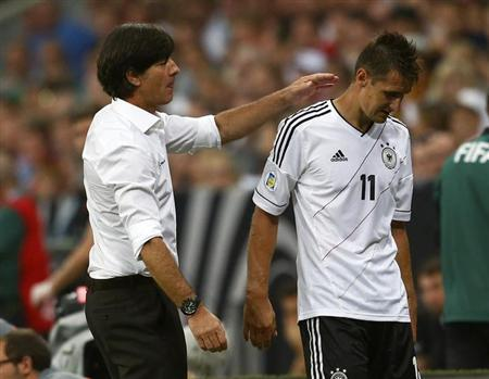 Germany's coach Joachim Loew (L) comforts Miroslav Klose during their 2014 World Cup qualifying soccer match against Austria in Munich September 6, 2013. REUTERS/Michael Dalder