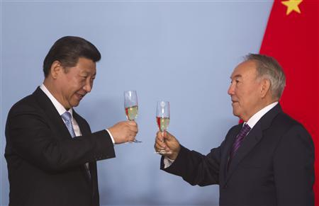 Kazakhstan's President Nursultan Nazarbayev (R) and his Chinese counterpart Xi Jinping toast after signing bilateral documents in Astana September 7, 2013. REUTERS/Shamil Zhumatov