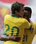 Atacantes Jô e Bernard comemoram gol do Brasil na vitória por 6 x 0 sobre a Austrália, em amistoso disputado em Brasília. 07/09/2013 REUTERS/Paulo Whitaker