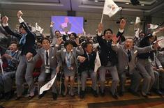 Delegação do Japão, incluindo o premiê japonês, Shinzo Abe, (2º à direita) comemora a escolha de Tóquio como sede dos Jogos Olímpicos de 2020, em votação do COI em Buenos Aires. 07/09/2013 REUTERS/Ian Walton/Pool