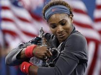 Серена Уильямс с кубком победителя U.S. Open после победы над Викторией Азаренко в Нью-Йорке 8 сентября 2013 года. Американка Серена Уильямс в воскресенье обыграла белоруску Викторию Азаренко в финале Открытого чемпионата США, сумев защитить выигранный в прошлом году титул. REUTERS/Mike Segar