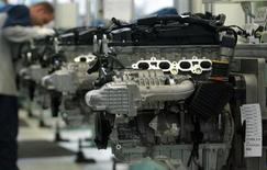 """Рабочий завода Daimler Chrysler в Штутгарте 21 июня 2004 года. Daimler AG планирует выпустить на рынок автомобиль, который способен ехать без водителя, к 2020 году в рамках усилий по возвращению себе первенства в ряду производителей машин класса """"люкс"""". REUTERS/Alexandra Winkler"""