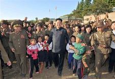 Северокорейский лидер Ким Чен Ын идет в окружении детей во время визита в военную часть в Пхеньяне 4 сентября 2013 года. У северокорейского лидера Ким Чен Ына есть маленькая дочь, что, по всей вероятности, гарантирует преемственность правящей в изолированном государстве династии, сообщил известный в прошлом баскетболист Деннис Родман. REUTERS/KCNA