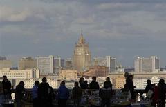 Люди на смотровой площадке с видом на МИД в Москве 29 сентября 2012 года. Москву ждет прохладная, но преимущественно сухая рабочая неделя, прогнозируют синоптики. REUTERS/Maxim Shemetov