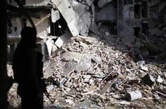 """Боец движения Фронт ан-Нусра в Алеппо 24 декабря 2012 года. Ослабленная """"аль-Каида"""" имеет шанс возродиться в Сирии, где хаос гражданской войны может способствовать восстановлению одной из ячеек этой группировки. REUTERS/Ahmed Jadallah"""