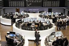 Les Bourses européennes s'inscrivaient en légère baisse lundi vers la mi-séance. Vers 12h25, le CAC 40 cède 0,40% à Paris, le Dax limite son repli à 0,03% à Francfort et le FTSE recule de 0,38% à Londres. /Photo prise le 9 septembre 2013/REUTERS/Remote/Pablo Sanchez
