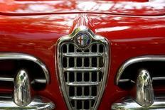 Fiat a annoncé une série de nouveaux modèles pour sa marque Alfa Romeo dans le but d'accroître sa part sur le segment des voitures haut de gamme en Europe, comme en Asie et aux Etats-Unis, mais selon des sources proches du dossier, les projets de démarrage de la construction des principaux modèles de la nouvelle gamme en Italie prennent du retard. /Photo prise le 21 août 2013/REUTERS/Arnd Wiegmann