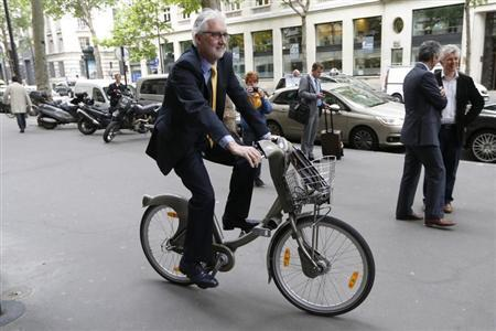 British Cycling President Brian Cookson rides a Velib self-service public bicycle during a photo session after a news conference in Paris June 24, 2013. REUTERS/Charles Platiau