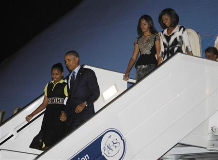 U.S. President Barack Obama (2nd L) and first lady Michelle Obama (R ) arrive with their daughters Sasha (L) and Malia in Dakar, June 26, 2013. REUTERS/Jason Reed