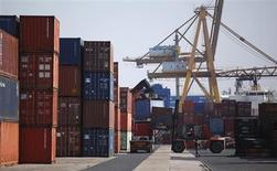 Рабочие разгружают контейнеры в порту Лиссабона 6 сентября 2013 года. Крупнейший в РФ железнодорожный контейнерный оператор Трансконтейнер увеличил чистую прибыль по международным стандартам отчетности в первом полугодии 2013 года на 1,4 процента до 2,777 миллиарда рублей, сообщила компания во вторник. REUTERS/Rafael Marchante