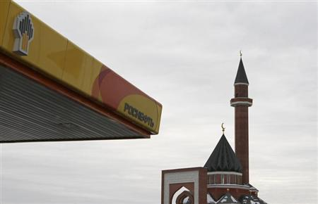 A mosque is seen next to the company logo on a Rosneft petrol station in Moscow December 13, 2012. REUTERS/Maxim Shemetov
