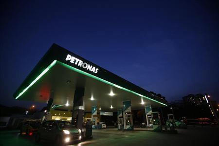 A motorist pumps petrol at a Petronas gas station in Putrajaya outside Kuala Lumpur August 26, 2013. REUTERS/Bazuki Muhammad