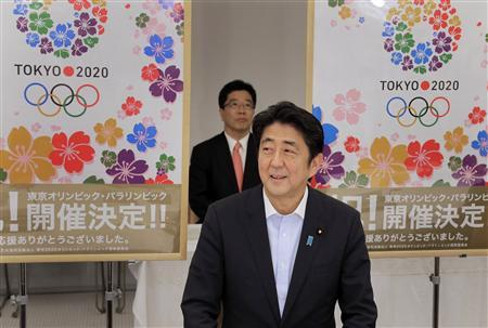 Japan's Prime Minister Shinzo Abe smiles as he reports to his cabinet members Tokyo's successful bid to host the 2020 Summer Olympics and Paralympics at the IOC meeting after returning from Buenos Aires, Argentina, during a cabinet meeting at the prime minister's official residence in Tokyo September 10, 2013. REUTERS/Itsuo Inouye/Pool