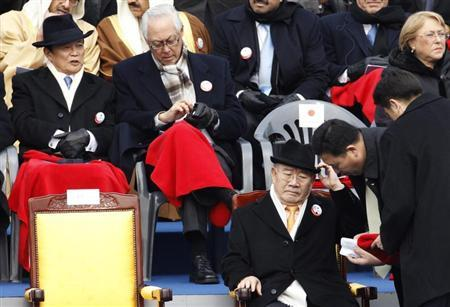 Singapore's Emeritus Senior Minister Goh Chok Tong (2nd L) talks with Japanese Finance Minister Taro Aso (L) as South Korea's former President Chun Doo-hwan (bottom) arrives before the inauguration of South Korea's President Park Geun-hye at parliament in Seoul February 25, 2013. REUTERS/Lee Jae-Won