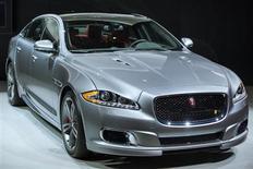 Jaguar XJR на Международном автосалоне в Нью-Йорке 27 марта 2013 года. Британский производитель дорогостоящих машин Jaguar Land Rover (JLR) планирует создать 1.700 рабочих мест на своем заводе в Солихалле в рамках плана расширения линейки спорткаров. REUTERS/Lucas Jackson