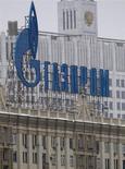 Логотип Газпрома на крыше московского здания 8 февраля 2013 года. Газпрому придется потратить от $50 до $60 миллиардов на сооружение инфраструктуры для поставок газа в Китай, который, скорее всего, захочет финансировать это строительство, сообщило агентство Fitch во вторник. REUTERS/Maxim Shemetov