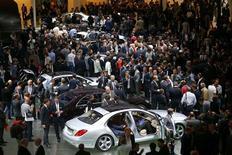 Le 65e salon de Francfort, mardi. Les professionnels du secteur estiment que le marché automobile européen devrait légèrement redémarrer en 2014 mais une reprise franche prendra du temps. /Photo prise le 10 septembre 2013/REUTERS/Kai Pfaffenbach
