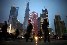 Люди на улице в деловом районе Пудон в Шанхае 27 марта 2013 года. Экономические данные Китая в августе 2013 года указали на укрепление экономики, сообщил премьер-министр Ли Кэцян, добавив, что страна продолжит реформирование процентных ставок и либерализацию финансовой индустрии. REUTERS/Carlos Barria
