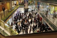 Агенты по продаже недвижимости и покупатели в торговом центре в Гонконге 19 февраля 2013 года. SZITIC Commercial Property Co Ltd, китайский девелопер торговых центров, планирует провести первичное размещение акций на сумму до $1 миллиарда в Гонконге в четвертом квартале 2013 года, сообщил Wall Street Journal во вторник. REUTERS/Bobby Yip