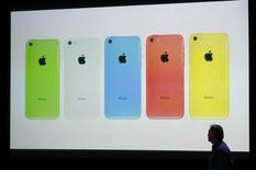Una pantalla muestra el nuevo iPhone 5C en cinco colores en un evento para prensa de Apple Inc en su sede de Cupertino. 10 de septiembre de 2013 REUTERS/Stephen Lam