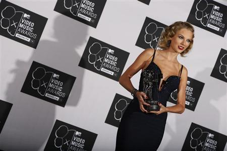 Taylor Swift holds her award for best female video for ''I Knew You Were Trouble'' during the 2013 MTV Video Music Awards in New York August 25, 2013. REUTERS/Carlo Allegri
