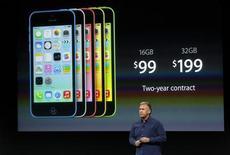 Phil Schiller, vice-presidente sênior de marketing da Apple, fala sobre os preços do novo iPhone 5C durante evento da empresa em Cupertino, nos EUA. A Apple apresentou dois novos iPhones nesta terça-feira incluindo o modelo 5C, que terá cinco cores e preço a partir de 99 dólares se comprado junto com um contrato de operadora de telefonia. 10/09/2013 REUTERS/Stephen Lam