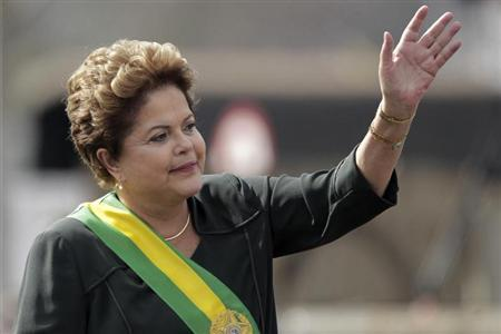 Brazil's President Dilma Rousseff waves during a civic-military parade commemorating Brazil's Independence Day in Brasilia September 7, 2013. REUTERS/Ueslei Marcelino