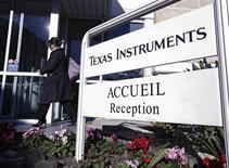 Texas Instruments a annoncé mardi avoir resserré ses prévisions de résultats pour le troisième trimestre.   Le groupe américain de semi-conducteurs prévoit désormais un chiffre d'affaires trimestriel situé entre 3,15 et 3,29 milliards de dollars, contre 3,09 à 3,35 milliards auparavant. /Photo d'archives/REUTERS/Eric Gaillard