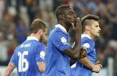 Mario Balotelli comemora gol da Itália sobre a República Tcheca, o que garantiu vaga da seleção italiana na Copa do Mundo de 2014. REUTERS/Stefano Rellandini
