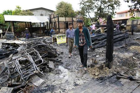 Muslims clear their homes that were burnt in the riot at Htan Kone village, in Myanmar's northern Sagaing region August 26, 2013. REUTERS/Soe Zeya Tun