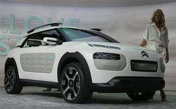 Citroën lancera l'an prochain la C4 Cactus, une nouvelle voiture simple mais à l'ergonomie innovante, qui amorcera la refonte de la gamme grand public de la marque aux chevrons. Ce véhicule sera dévoilé dans sa version définitive au premier trimestre 2014 et commercialisé à partir du milieu de l'année prochaine. /Photo prise le 10 septembre 2013/REUTERS/Wolfgang Rattay