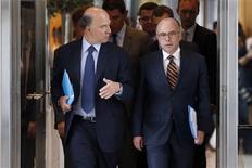 Le ministre de l'Economie et des Finances Pierre Moscovici (à gauche) et le ministre du Budget Bernard Cazeneuve ont présenté mercredi le budget 2014. Le gouvernement, qui prévoit de réaliser 15 milliards d'économie, a retenu une prévision de 0,9% pour la croissance de l'économie française en 2014. /photo prise le 11 septembre 2013/REUTERS/Charles Platiau