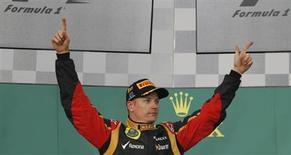 Piloto da equioe Lotus, o finlandês Kimi Raikkonen, comemora sua vitória no Grande Prêmio de Fórmula 1, no circuito de Albert Park, em Melbourne. Raikkonen vai correr pela Ferrari na próxima temporada. O piloto finlandês, campeão em 2007, fechou um contrato de dois anos e voltará à escuderia que deixou em 2009. 17/03/2013. REUTERS/Brandon Malone