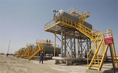 Iraqi workers walk through the Nassiriya oilfield in Nassiriya, 300 km (185 miles) southeast of Baghdad,September 8, 2012.REUTERS/Atef Hassan