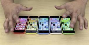 Le prix plus élevé que prévu du nouvel iPhone 5C dévoilé mardi par Apple a apaisé les inquiétudes concernant les marges du groupe, mais il fait craindre à certains un manque d'agressivité sur un marché dominé par le système d'exploitation Android de Google. L'analyste de Cowen and Company Timothy Arcuri pense que la marge brute réalisée par Apple sur l'iPhone 5C, vendu en Chine 549 dollars sans abonnement, pourrait atteindre 55%. /Photo prise le 11 septembre 2013/REUTERS/Jason Lee