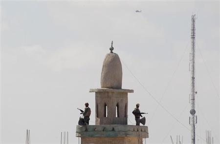 Egyptian soldiers stand guard atop a mosque's minaret in the Egyptian city of Rafah, near the border with southern Gaza Strip September 8, 2013. REUTERS/Ibraheem Abu Mustafa