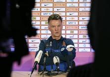 Foto de arquivo do técnico da seleção holandesa, Louis van Gaal, durante coletiva de imprensa na Estônia. Ao classificar a Holanda para a Copa do Mundo de 2014, van Gaal recuperou a reputação uma década após fracassar nas mesmas eliminatórias para um Mundial com uma equipe cercada de enorme expectativa. 5/09/2013 REUTERS/Ints Kalnins