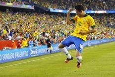 Neymar comemora gol marcado contra Portugal durante amistoso em Foxborough, nos EUA. O jogador fez um belo gol em jogada individual e participou dos outros dois marcados pela seleção brasileira na vitória de virada sobre Portugal por 3 x 1, nesta terça-feira, em amistoso disputado em Boston, nos Estados Unidos. 10/09/2013 REUTERS/Brian Snyder