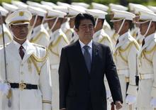 Japan's Prime Minister Shinzo Abe reviews the honour guard before a meeting with Japan Self-Defense Force's senior members at the Defense Ministry in Tokyo September 12, 2013. REUTERS/Toru Hanai