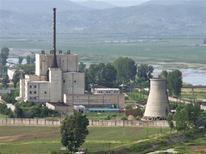 """Ядерный центр в Йонбене 27 июня 2008 года. and released by Kyodo. Северная Корея, возможно, запустила """"оружейный"""" ядерный реактор в Йонбене, свидетельствуют спутниковые фотографии, о которых рассказали Американо-корейский институт при Университете Джона Хопкинса и представитель властей США. REUTERS/Kyodo"""