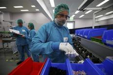 Laboratoire Sanofi à Francfort. Le groupe français a annoncé jeudi le retrait de sa demande d'enregistrement aux Etats-Unis de Lixisénatide, un antidiabétique, qu'il prévoit de soumettre à nouveau à la FDA (Food and Drug Administration) en 2015. Lixisénatide, déjà autorisé à la vente en Europe sous la marque Lyxumia, est l'un des nouveaux produits sur lesquels Sanofi mise pour relancer sa croissance. /Photo prise le 5 juin 2013/REUTERS/Ralph Orlowski