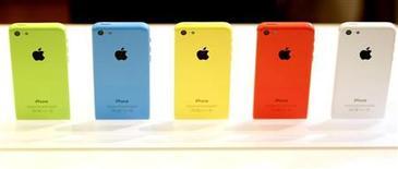Смартфоны iPhone 5C после презентации в Купертино 10 сентября 2013 года. Уолл-стрит резко раскритиковала новые смартфоны iPhone от Apple Inc: долгожданную модель 5C инвесторы назвали слишком дорогой для развивающихся рынков вроде Китая, а 5S показался им недостаточно инновационным. REUTERS/Stephen Lam