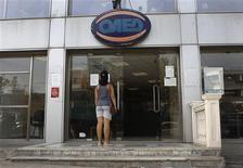 Agence pour l'emploi à Athènes. Le taux de chômage en Grèce a inscrit un nouveau record en juin à 27,9%, le marché du travail continuant de souffrir de la récession et des mesures d'austérité liées aux plans d'aide accordés à Athènes, selon les statistiques publiées jeudi. /Photo prise le 12 septembre 2013/REUTERS/John Kolesidis