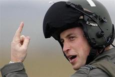 Príncipe britânico William gesticula após aula de voo em base aérea da RAF, na região central da Inglaterra. O príncipe William, que se tornou pai em julho, vai pedir dispensa do serviço militar para se concentrar em atividades de caridade e nos deveres reais no futuro próximo, disse o gabinete do príncipe nesta quinta-feira. 17/01/2008. REUTERS/Darren Staples