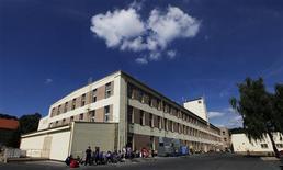 Un grupo de obreros frente a la planta de la firma GZ Media en Lodenice, República Checa, ago 1 2013. La producción en las fábricas de la zona euro cayó más de lo esperado en julio, en una señal de debilidad de la demanda de los hogares europeos y de inestabilidad en la recuperación económica del bloque. REUTERS/Petr Josek