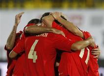 Игроки сборной России празднуют гол в ворота Люксембурга в отборочном матче ЧМ-2014 в Казани 6 сентября 2013 года. Сборная России переместилась на одну строчку вверх в рейтинге ФИФА и теперь занимает 15-е место. REUTERS/Maxim Shemetov